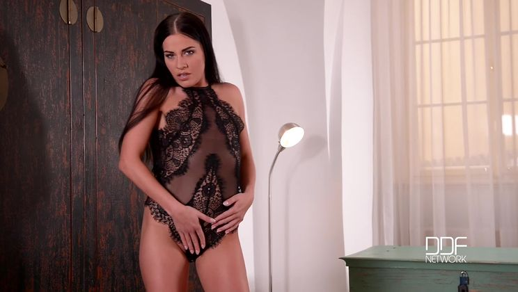 Newcomer's Solo Striptease - A Derriere to Die For